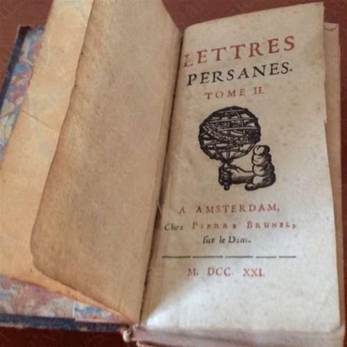 Lettres persanes Amsterdam: Pierre Brunel, Montesquieu, 1721 tome 2 frontispice, vignette à la sphère et main